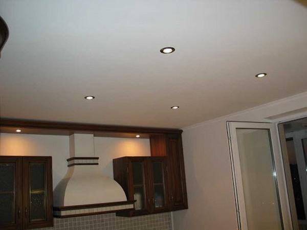 Если на кухне есть вытяжка, она защитит потолок от копоти