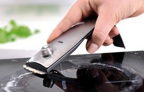 Очистить плиту можно с помощью скребка