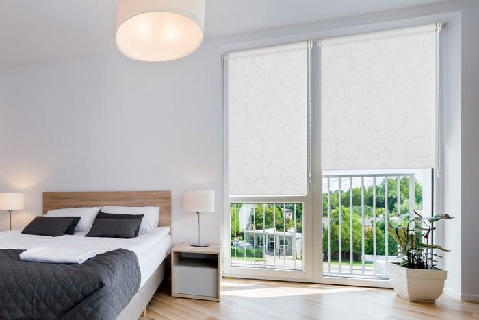 Мыть рулонные шторы нужно регулярно