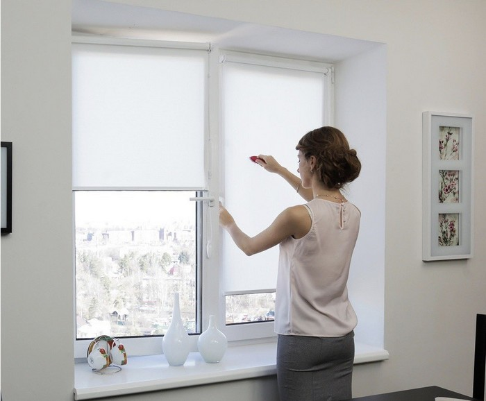 Чистить рулонные шторы рекомендуется 1-2 раза в неделю