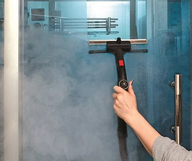 Для мытья душевой кабины можно воспользоваться пароочистителем