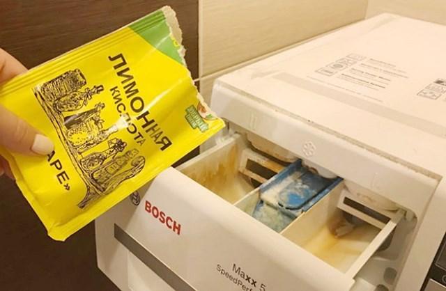 Засыпать лимонку следует в резервуар для порошка, чтобы удалить налет на поверхности емкости